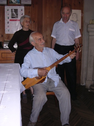 Carlos Urushadze and family singing 2006